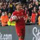 Roberto Firmino tuulettaa maalia Liverpoolin paidassa.